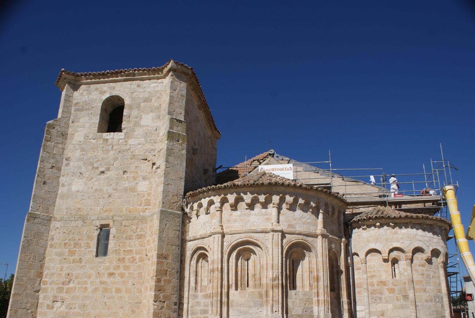 El tejado de la iglesia en obras